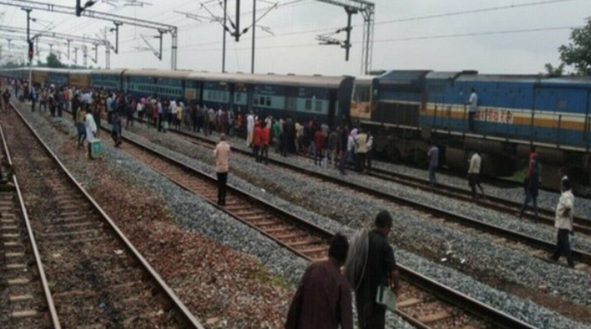 Alleged BJP Worker Leads Gang Stoning Train In Mur