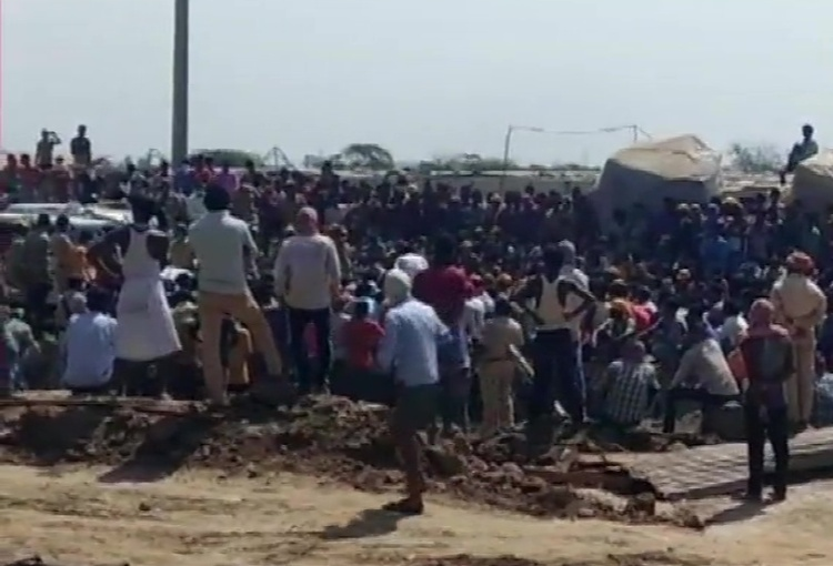 Surat: Hundreds of workers pelted stones at the Di