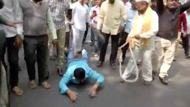 Huge demonstration of farmers outside Raj Bhavan i