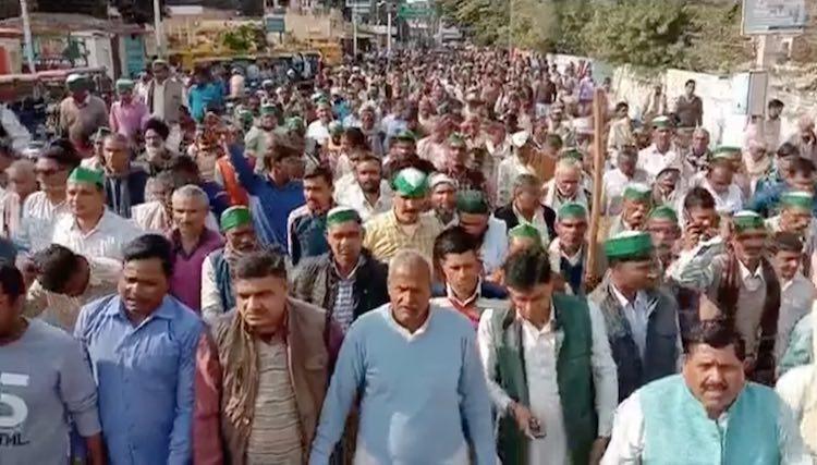 Uttar Pradesh: Sugarcane farmers protest outside M