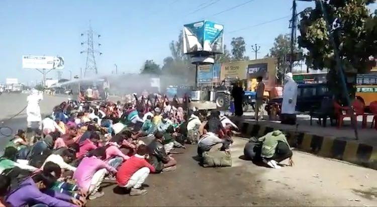 Uttar Pradesh: insecticides sprayed on workers and