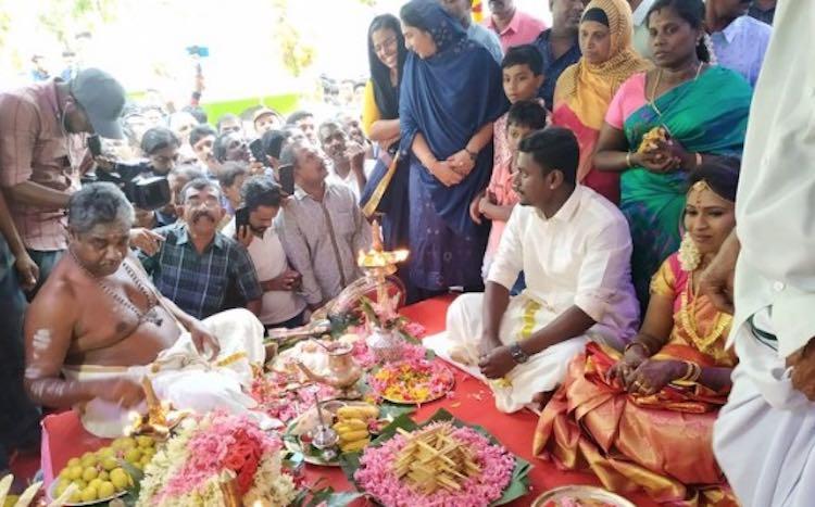 Wedding clarinet of a buzzing Hindu girl in a mosq