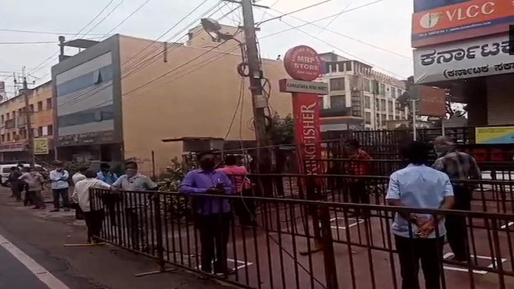 Lockdown 3.0: Long Queues Outside Liquor Shops Sin