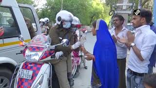 Delhi Police Offers Roses And Masks To Locals