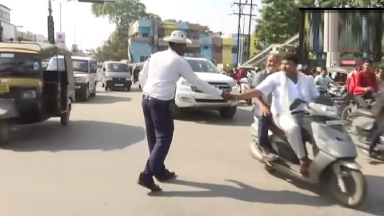 Raipur Cop Manages Traffic Through Dance Moves