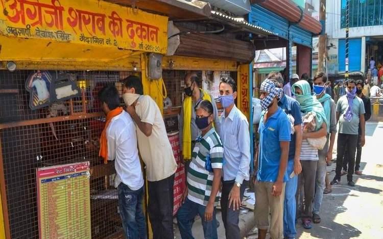 Delhi: Long queues at liquor shops despite 70 per