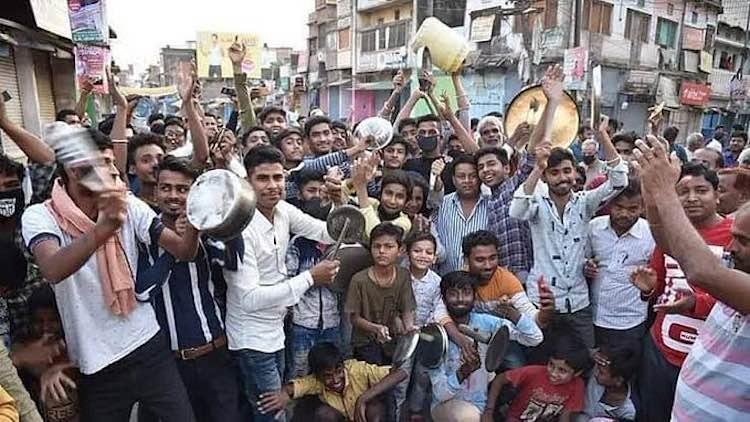SSC-Railways Students Bang Thalis To Draw Govt Att