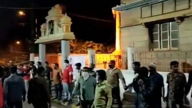 Bengaluru: Muslims Form Human Chain To Guard Templ